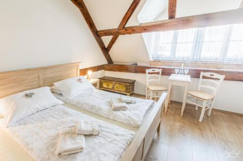 Ein Bett oder Betten in einem Zimmer der Unterkunft Linhart Hotel & Bistro