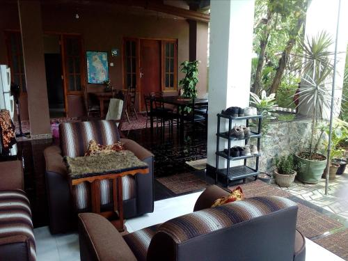A seating area at House Of Esanya