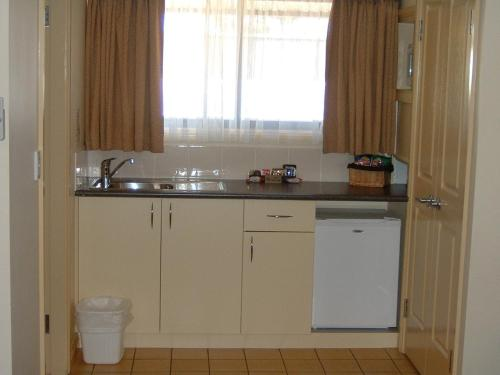 A kitchen or kitchenette at Armidale Pines Motel