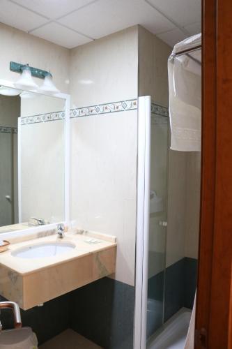 A bathroom at Hotel Restaurante Blanco y Verde