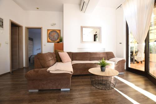 A seating area at Apartments Deak