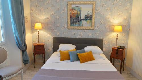 A bed or beds in a room at Hotel Relais Du Postillon