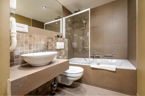 A bathroom at Hotel Acacia