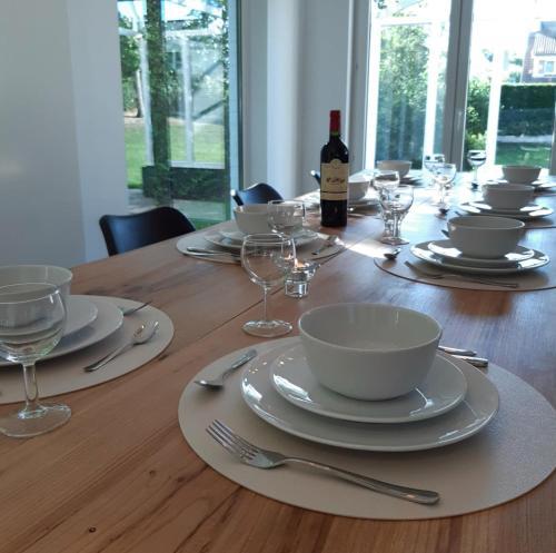 Een restaurant of ander eetgelegenheid bij Villa De Strandjutter