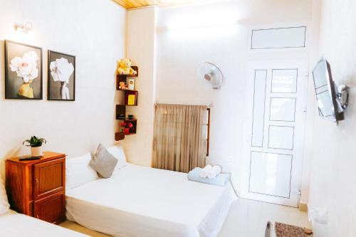 A bed or beds in a room at Kota's House Homestay