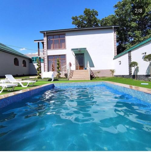 A piscina localizada em Villa Jumeirah ou nos arredores