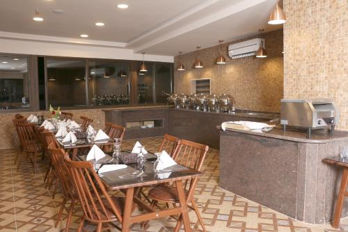 A restaurant or other place to eat at Laverda Hotel