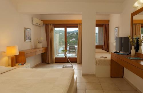 Μια τηλεόραση ή/και κέντρο ψυχαγωγίας στο Cape Kanapitsa Hotel & Suites