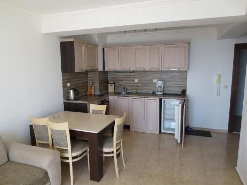 Кухня или мини-кухня в LAZUR 1, 2, 3, 4, 5 Apart Complex