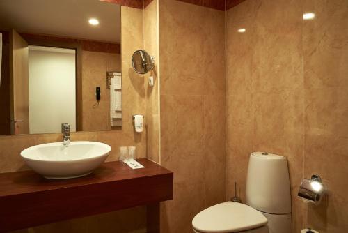 A bathroom at Leziria Parque Hotel