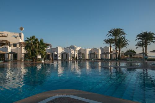 المسبح في Domina Aquamarine Hotel & Resort أو بالجوار