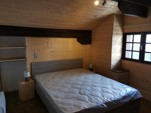 A bed or beds in a room at Grand Chalet St-Lary centre 13 à 15 pers