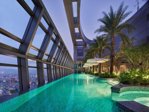 台北新板希爾頓酒店游泳池或附近泳池