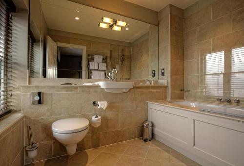 A bathroom at Wivenhoe House Hotel