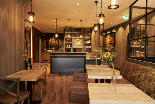 The lounge or bar area at City Center Lodge Utrecht