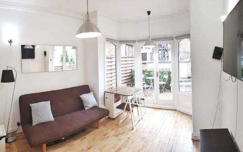 A seating area at TERRACE 2 BEDROOM APARTMENT- WIFI-Covent Garden