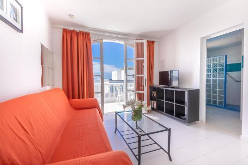 A seating area at Apartamentos Corona Mar
