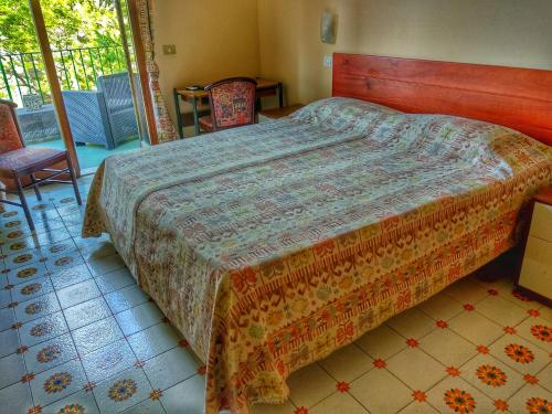 A bed or beds in a room at Hotel Desiree