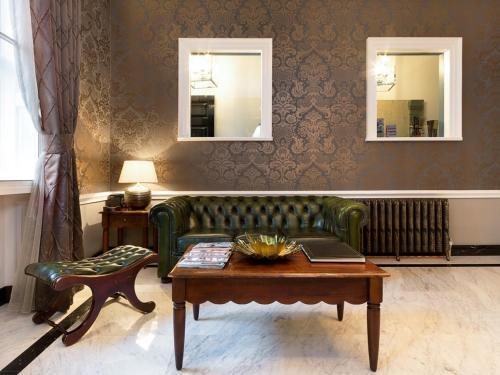 A seating area at Staunton Hotel - B&B