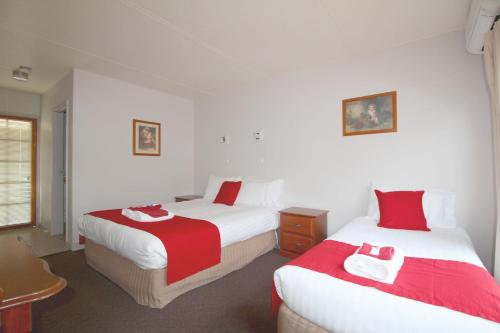 A bed or beds in a room at Port Arthur Motor Inn