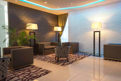 A seating area at Holiday Inn Rosario