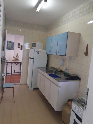 A kitchen or kitchenette at Apartamento 2 quartos mobiliado - Pituba