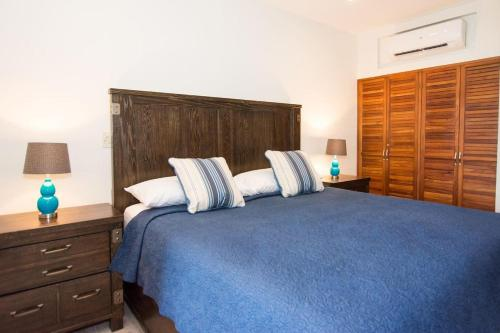 A bed or beds in a room at Recent remodeled 2-bedroom beachfront condo