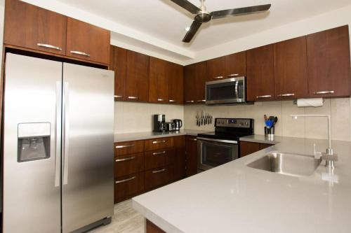 A kitchen or kitchenette at Recent remodeled 2-bedroom beachfront condo