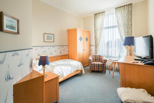 Ein Bett oder Betten in einem Zimmer der Unterkunft Inselhotel VierJahreszeiten