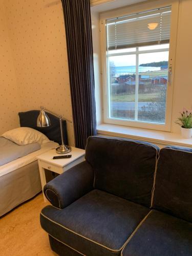 A seating area at Mellanfjärdens Pensionat