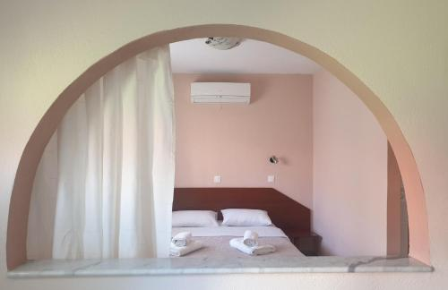 A bed or beds in a room at Ammos Kalamitsi