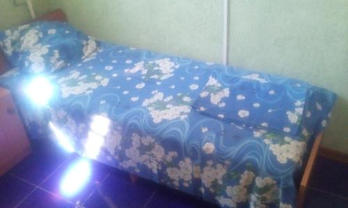 A bed or beds in a room at Номера у моря