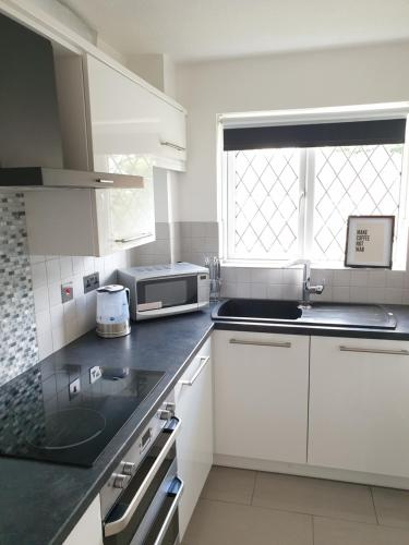 Be More Homely presents - JUA - A Style 1 Bed Flat Birmingham WKing Bed Sleeps 4 Fast Broadband off road Parking