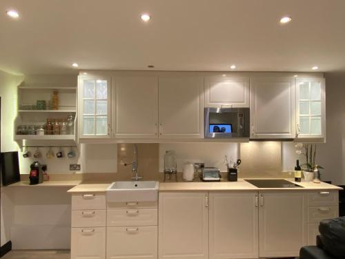 A kitchen or kitchenette at Cockfosters executive beautiful unique Mews