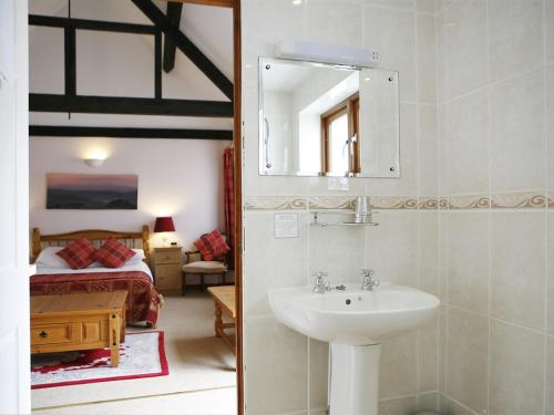 A bathroom at Kingston Country Courtyard