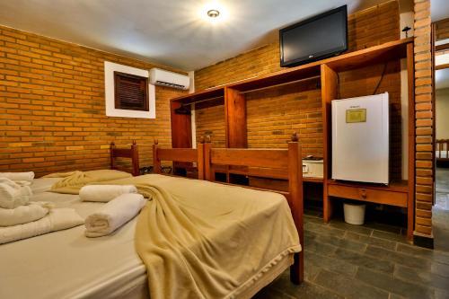Uma TV ou centro de entretenimento em Hotel Fazenda Campo dos Sonhos