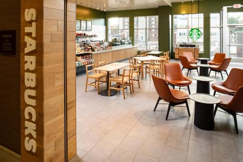 A restaurant or other place to eat at Hilton Garden Inn Sioux Falls Downtown