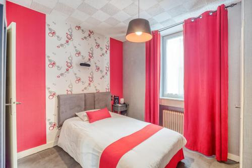 A bed or beds in a room at Contact Hôtel Limoges - HOTEL DES DEUX MOULINS - Ex HOTEL BONI