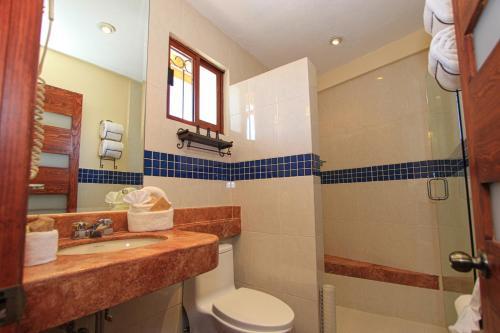 A bathroom at El Meson de los Poetas