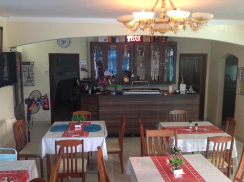 A restaurant or other place to eat at Luxor Residence Guesthouse