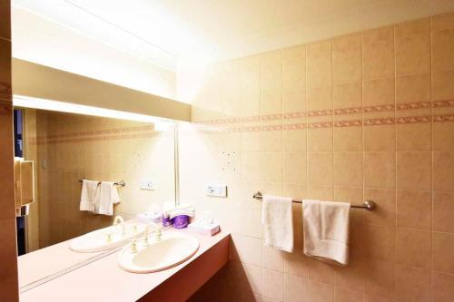 A bathroom at Diplomat Motel Alice Springs
