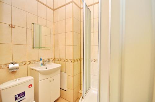A bathroom at Bretan Guest House