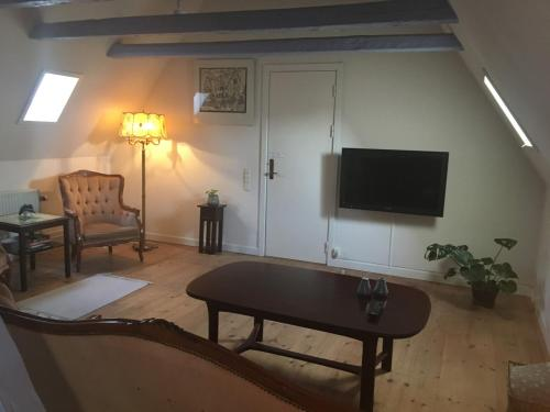 A television and/or entertainment centre at Den Gamle Arrest