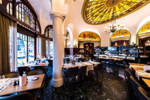 Ein Restaurant oder anderes Speiselokal in der Unterkunft Astra Vevey Hotel & Restaurant