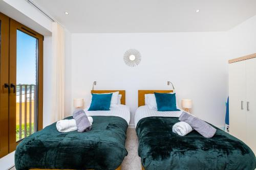 A bed or beds in a room at En Maison Luxury St Albans 1&2 Bedroom Apartments - Free Parking & Free Wifi - 18 mins to Central London