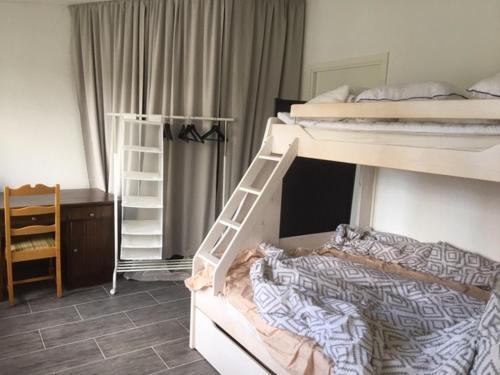 Våningssäng eller våningssängar i ett rum på Lyckegården