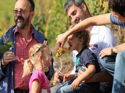 Eine Familie, die in der Unterkunft Wein & Wohngut Paulushof übernachtet
