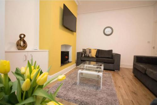 -Reduced Price- Modern 3 bed Terraced House, Free Parking, Manchester, Up to 7 guests, by Nyos Properties