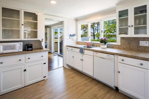 A kitchen or kitchenette at Lovely Cape Escape - Walk to Colonial Acres Beach! home