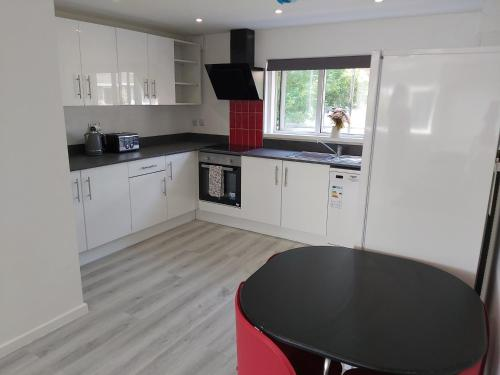 Bright first floor flat - ideal for families, pilots, crew or contractors close to Gatwick and Manor Royal
